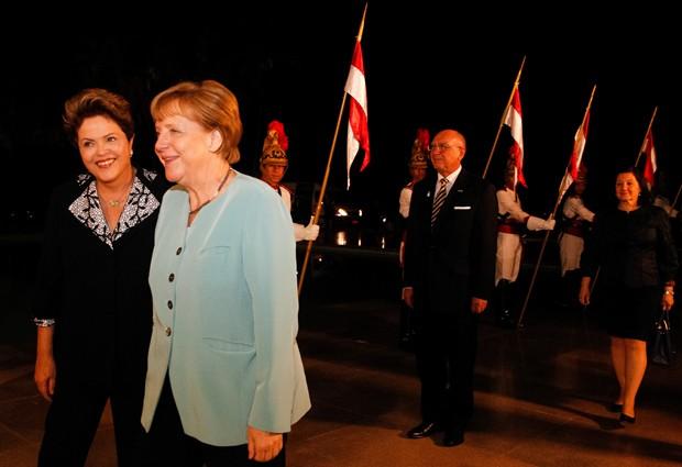 A presidente Dilma Rousseff recebe a chanceler da Alemanha, Angela Merkel, no Palácio da Alvorada (Foto: Roberto Stuckert Filho/PR)