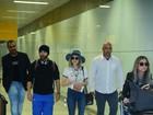 Lucy Hale, de 'Pretty Little Liars', é recebida por fãs em aeroporto