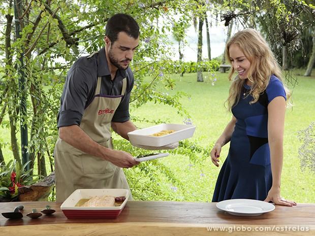 Joaquim Lopes prepara almoço para Angélica