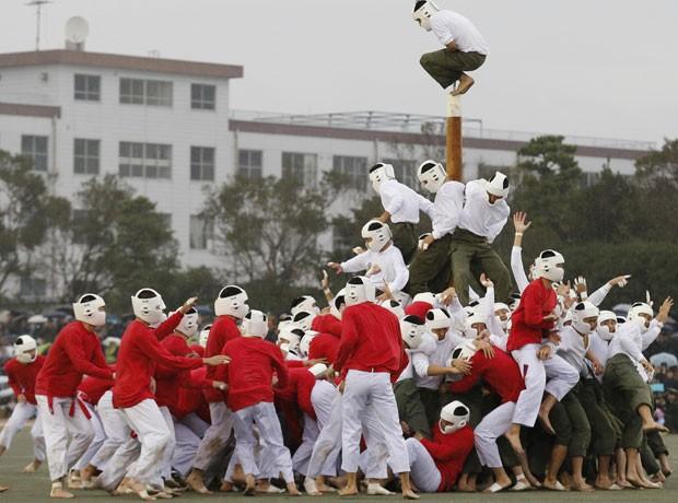 Cadetes no Japão lutam em tradicional jogo de derrubar poste (Foto: Kim Kyung-Hoon/Reuters)