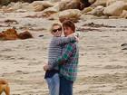 Charlize Theron troca carinhos com Sean Penn em praia nos EUA