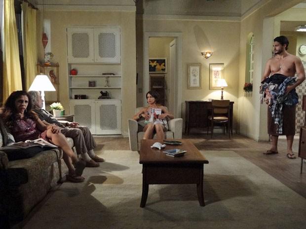 Josué surpreende ao aparecer apenas de toalha na sala (Foto: Amor Eterno Amor/TV Globo)