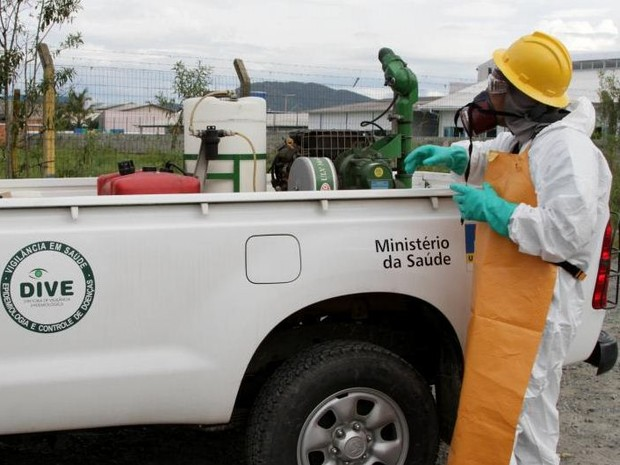 Caminhonete da Dive ajuda a espalhar inseticida em Itajaí (Foto: Prefeitura de Itajaí/Divulgação)