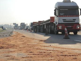 Acidente com caminhão gera congestionamento na Dutra (Foto: Carlos Santos/G1)