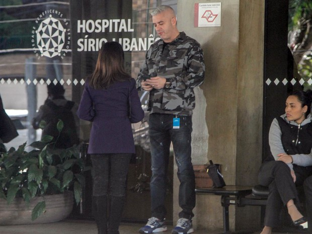 Alexandre Correa, marido da apresentadora Ana Hickmann, é visto em frente ao Hospital Sírio Libanês, na região central de São Paulo, na quarta- feira (25) (Foto: Marivaldo Oliveira/Código 19/Estadão Conteúdo)