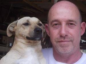Marques ao lado de um de seus cães  (Foto: Arquivo pessoal)