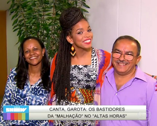 Jeniffer apresenta seus pais nos bastidores da gravação do Altas Horas (Foto: TV Globo)
