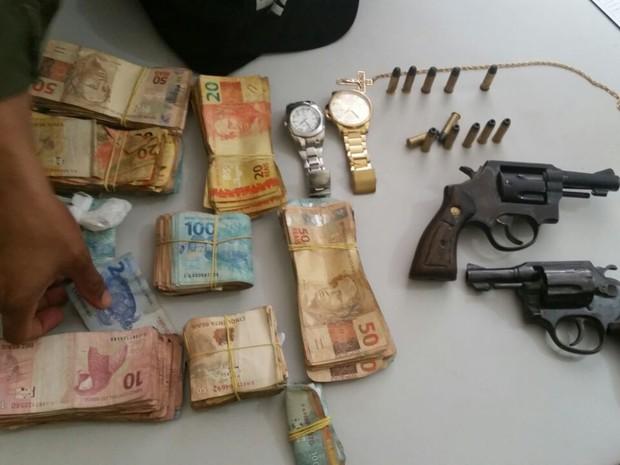 Polícia encontrou duas armas e R$ 32 mil (Foto: Divulgação/PM)