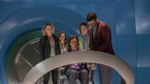 Também conhecido como Apocalipse, En Sabah Nur é o mutante original. Após milhares da anos, ele volta à vida disposto a garantir sua supremacia e acabar com a humanidade. Ele seleciona quatro cavaleiros nas figuras de Magneto, Psylocke, Anjo e Tempestade. Do outro lado, o professor Charles Xavier conta com uma série de novos alunos, como Jean Grey, Ciclope e Noturno, além de caras conhecidas como Mística, Fera e Mercúrio, para tentar impedir o vilão.