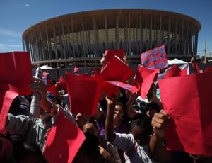 Dilma estádio Mané Garrincha protesto (Foto: EFE)