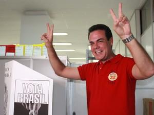 Candidato Henrique Oliveira durante votação na Secretaria do Estado da Fazenda (Sefaz), em Manaus (Foto: Anderson Silva /G1 AM)