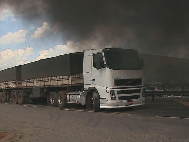 Caminhoneiros e moradores queimaram pneus na PRC-373, em Ponta Grossa (Foto: Reprodução/RPC)