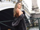 Mulher Melão tira a roupa e posa sensual nas ruas de Paris