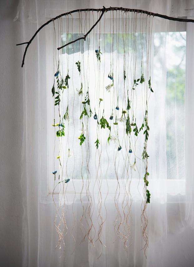 Quer uma dose de verde dentro de casa? Amarre fios de ráfia num galho e pendure folhas e flores secas. Perto de uma janela, essa cortina natural vai criar um belo efeito no ambiente (Foto: Cacá Bratke / Editora Globo)