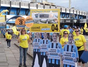 Torcedores do Grêmio fazem campanha para as eleições antes do jogo contra o Coritiba (Foto: Lucas Rizzatti/GLOBOESPORTE.COM)