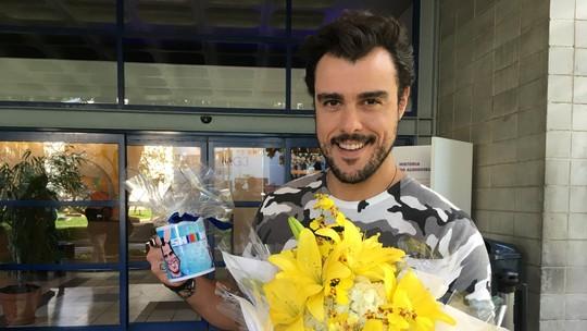 Joaquim Lopes ganha festa surpresa da equipe do Vídeo Show