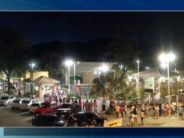 Moradores lotaram praça de Casimiro para receber vacina contra a febre amarela (Foto: Reprodução/Inter TV)