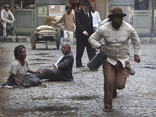 Afonso e Jurema são assaltados antes de chegarem ao banco (Foto: Lado a Lado / TV Globo)