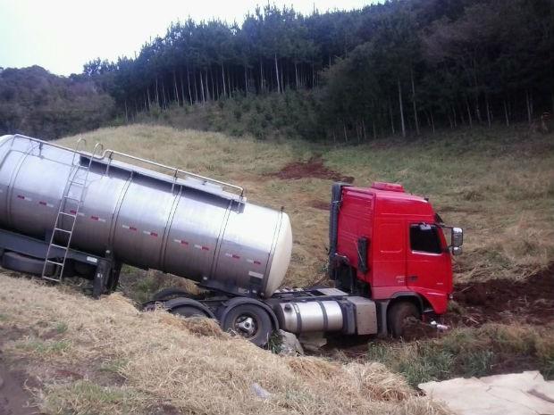Homem morre após acidente entre carro e caminhão na Serra da Marrequinha, na região central do Paraná (Foto: Divulgação/PRE)