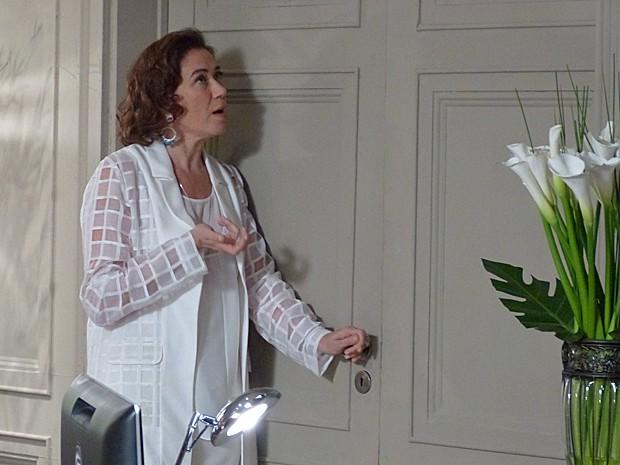 Marta chama Zé para reunião e atrapalha o casal (Foto: Fabio Rosso/Gshow)