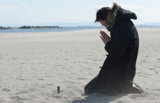 Homem reza pelo amigo morto em 2011 durante o tsunami (Foto: AFP PHOTO/Toru YAMANAKA)