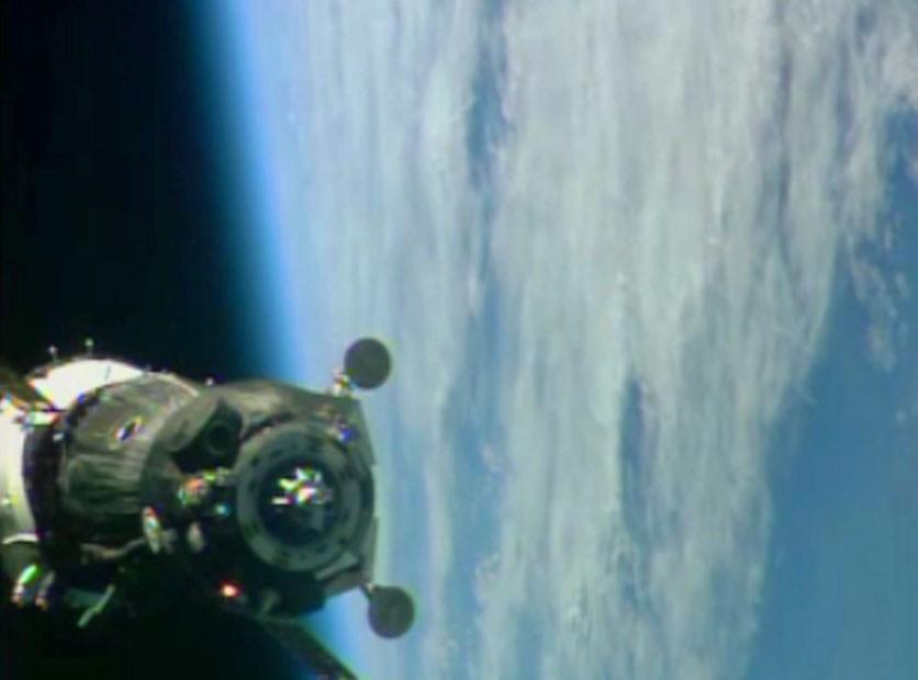 Imagem de momentos antes da Soyuz acoplar na ISS (Foto: Reprodução/Nasa)