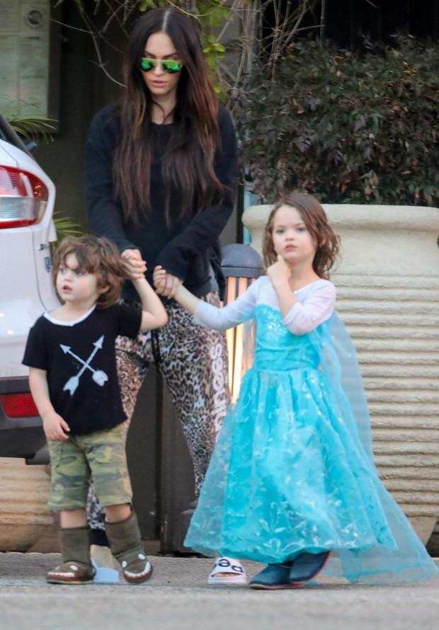 Megan Fox com os filhos Bodhi e Noah (vestido de princesa) (Foto: AKM-GSI)