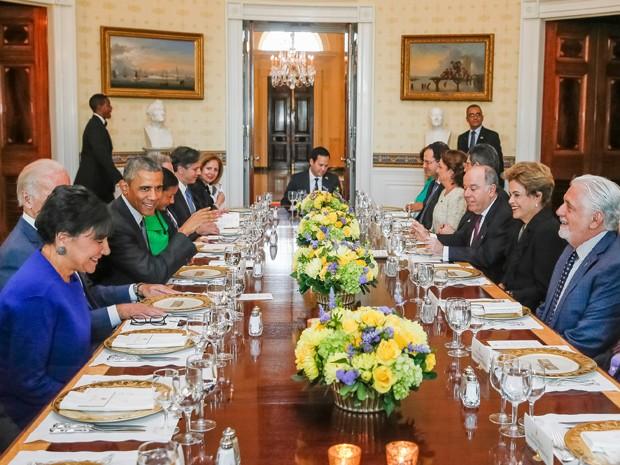 A presidente Dilma Rousseff, acompanhada de ministros, durante jantar com o colega norte-americano, Barack Oabama, na Casa Branca (Foto: Roberto Stuckert Filho/PR)