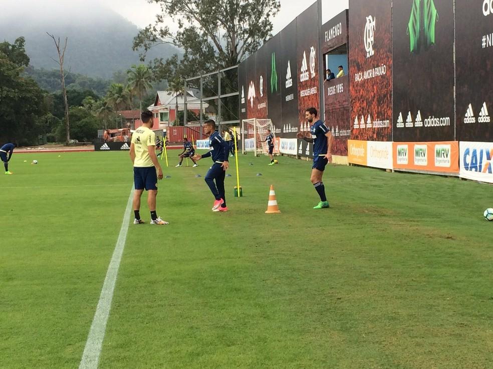 Everton e Donatti treinam em campo nesta terça-feira (Foto: Divulgação/Flamengo)
