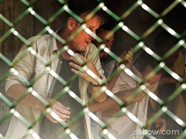 Kléber leva um susto com o gás lacrimogêneo  (Foto: Fábio Rocha/TV Globo)
