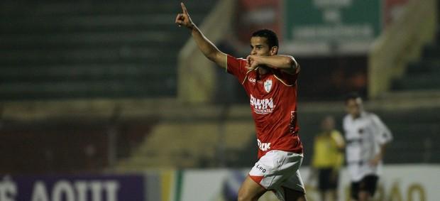 Bruno Mineiro gol Portuguesa (Foto: Leo Barrilari / Ag. Estado)