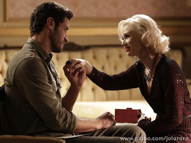 Radiante, loira aceita o pedido e Davi coloca aliança em seu dedo (Foto: Joia Rara/TV Globo)