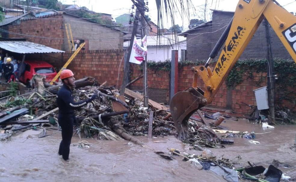 Retroescavadeira auxilia na limpeza da Rua da Represa, onde ocorreu o desabamento (Foto: Ramiro Rosário/PMPA/Divulgação)