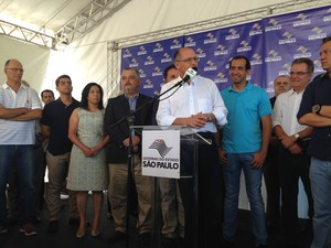 Alckmin fez anúncios na orla da praia de Santos (Foto: Mariane Rossi/G1)