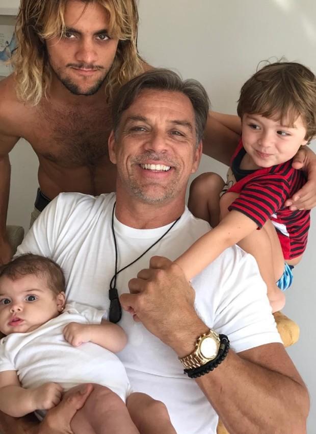 Felipe Simas com o pai, Beto Simas, e os filhos, Joaquim e Maria (Foto: Reprodução/Instagram)