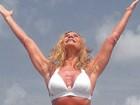 Nadja Winits, mãe de Danielle Winits, mostra abdômen seco aos 63 anos