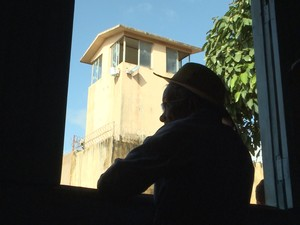 Janela da casa de Clodomir tem vista para guarita do CDP (Foto: Miguel Nery / TV Mirante)