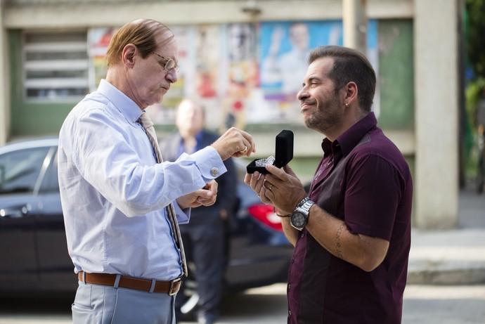 Genésio negocia colar com Marreta para ajudar o sogro (Foto: Globo/Tata Barreto)