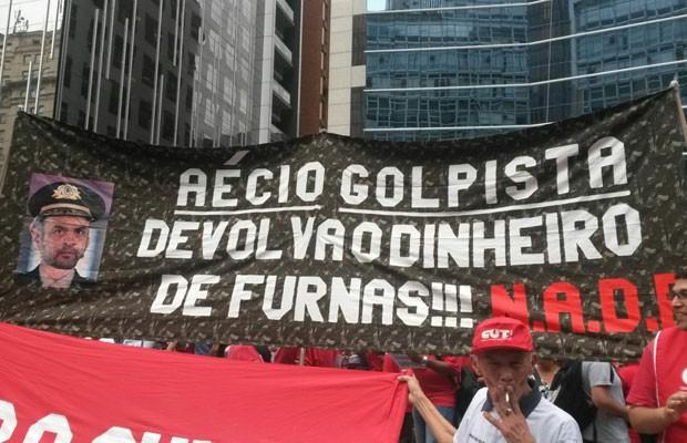 Faixa de protesto contra o senador Aécio Neves (PSDB-MG) na Avenida Paulista (Foto: Gabriela Gonçalves/G1)
