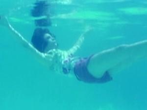 Micaela afundando na piscina. Será esse o fim? (Foto: Malhação / TV Globo)