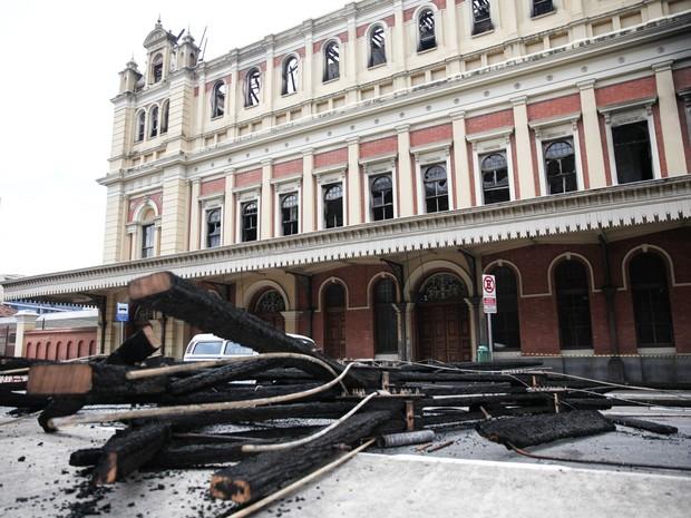 Escombros da estrutura do telhado foram retirados de dentro do Museu da Língua Portuguesa após o incêndio (Foto: Fábio Tito/G1)