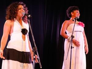 Apresentação de esquete no Teatro Dona Amélia com as intérpretes Joyce Guirra e Camila Yasmine. (Foto: Ivan Cruz/ Arquivo pessoal)