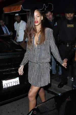 Rihanna de novo look (Foto: Grosby)