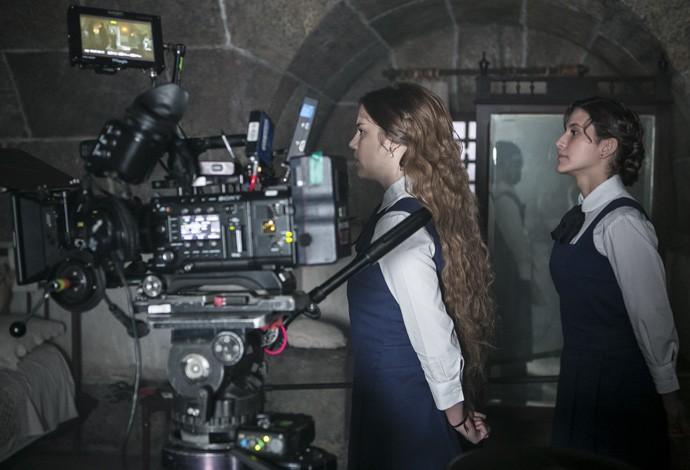 Alice e Hanna nos bastidores das gravações  (Foto: Inácio Moraes/Gshow)