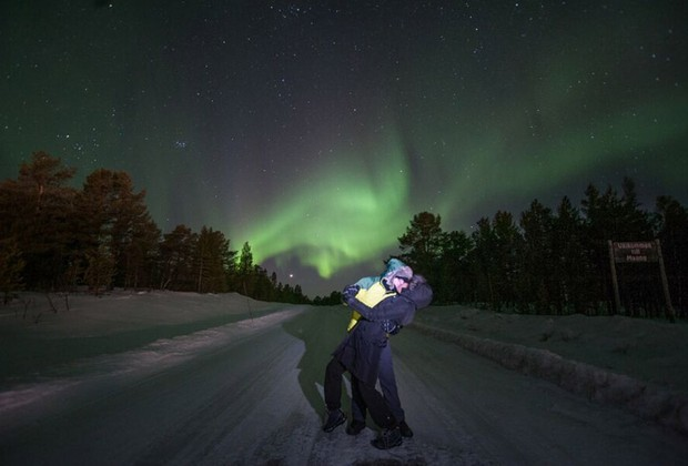 Casal se beija e posa para foto diante de aurora boreal durante expedição em março deste ano (Foto: Divulgação / Geotrip)