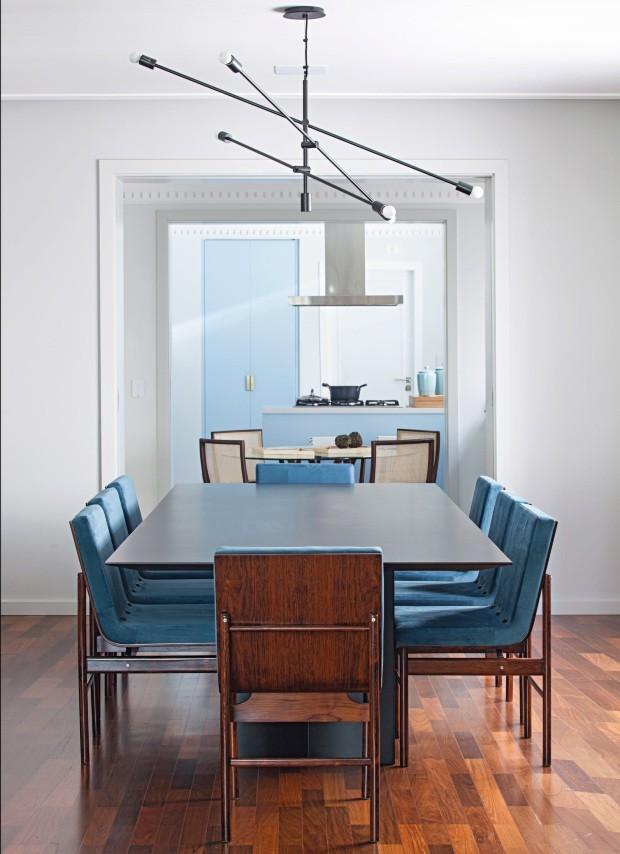 Sala de jantar. Com mesa da Micasa e cadeiras vintage da Loja Teo, o espaço pode abrir para a sala de almoço e para a cozinha através de portas de correr. Lustre adquirido em Los Angeles. O piso de ipê original foi restaurado (Foto: Gui Morelli / Divulgação)