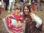 Fernanda Pontes posa com a filha vestida de caipira