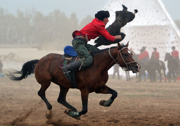Jogo de buzkashi é uma atrações dos Jogos (Foto: Vyacheslav Oseledko/AFP)