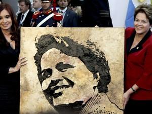 A presidente da Argentina Cristina Kirchner presenteou Dilma com um retrato, durante reunião da Unasul em Mendoza, Argentina. (Foto: Natacha Pisarenko/AP)