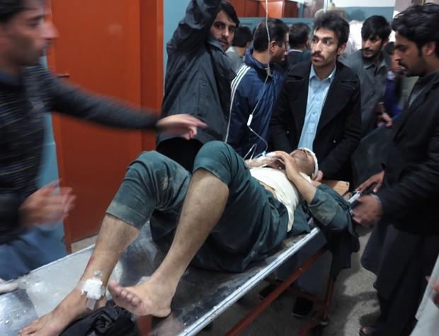 Paciente é levado para hospital em Mingora, cidade paquistanesa, após terremoto deixar (Foto: Naveed Ali/AP)
